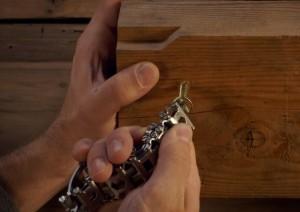 mcgyver-y-su-pulsera-de-29-herramientas-6