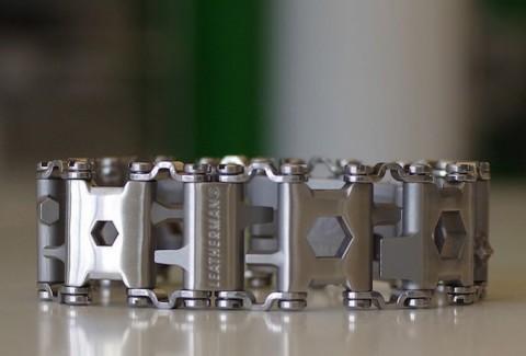 McGyver y su pulsera de 29 herramientas