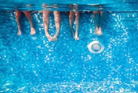 Más relax y menos limpiar la piscina con tu limpiafondos ferrOkey